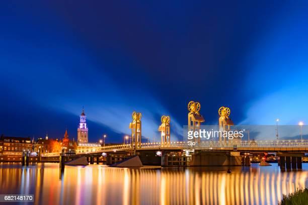 'S avonds uitzicht op de brug van de stad en de skyline in Kampen, Nederland