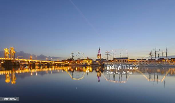 "evening view on the kampen skyline in overijssel, the netherlands - ""sjoerd van der wal"" imagens e fotografias de stock"