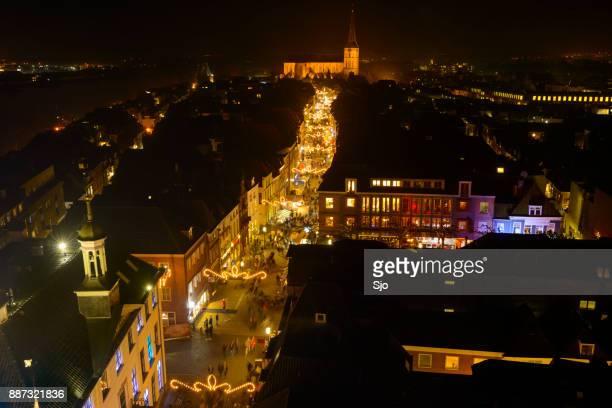 'S avonds uitzicht op de winkelstraat van Kampen in Overijssel, Nederland