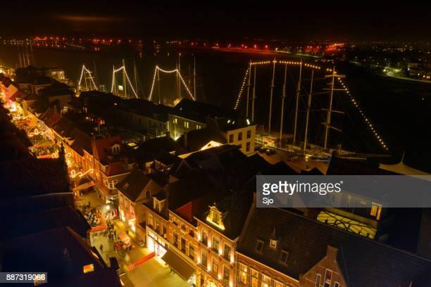 'S avonds uitzicht op de winkelstraat van Kampen met de rivier de IJssel in de achtergrond