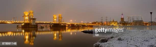 'S avonds uitzicht op de skyline van Kampen in Overijssel, Nederland