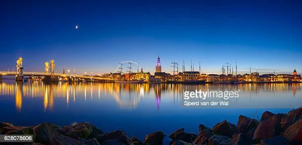 """evening view on the skyline of kampen overijssel, the netherlands - """"sjoerd van der wal"""" photos et images de collection"""