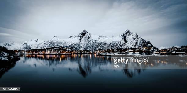 's avonds uitzicht over de stad van svolvaer in de lofoten in noorwegen - sneeuwkap stockfoto's en -beelden