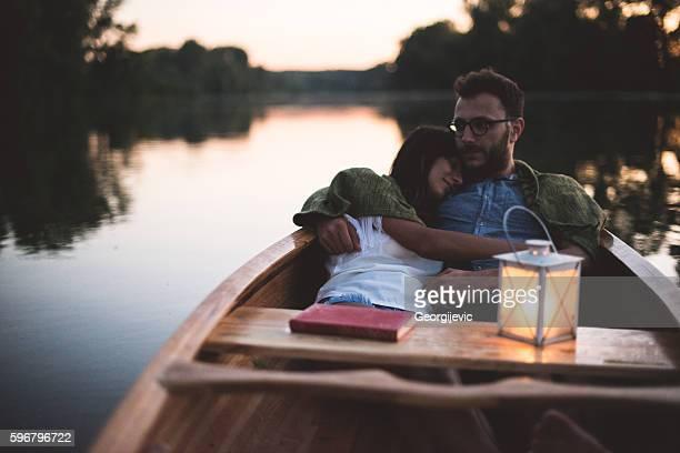 evening with boyfriend at the lake - bateau à rames photos et images de collection
