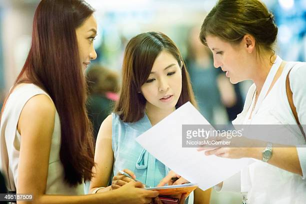 Veranstaltung hostess bietet Hilfe bei der Anmeldung