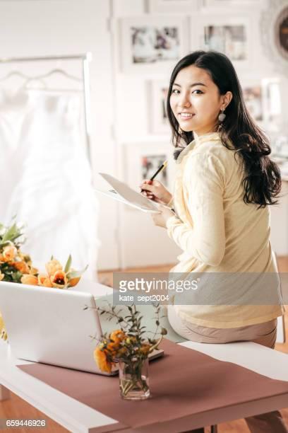 event planner in her studio - wedding planner foto e immagini stock