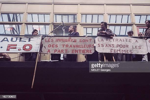 Demonstrations Les évènements de mai 68 à Paris et en région parisienne à BoulogneBillancourt les grévistes de l'usine RENAULT perchés sur un toit en...