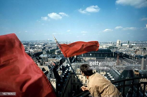Demonstrations Planté au point culminant de la Sorbonne le drapeau rouge semble jeter un défi dans le ciel de Paris à NotreDame et à la SainteChapelle