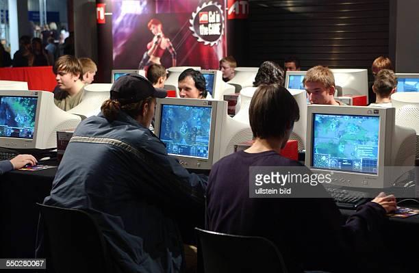 ESL Eventstage Jugendliche spielen über Netzwerk Computerspiele auf der Jugendmesse YOU 2004 in Berlin