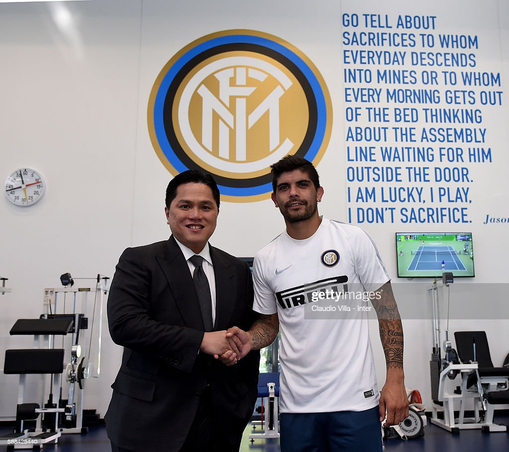 Ever Banega (R) and President Erick Thohir pose for a photo after the FC Internazionale training session at the club's training ground at Appiano Gentile on August 11, 2016 in Como, Italy.