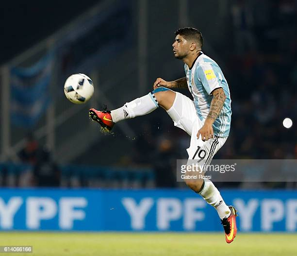 Ever Banega of Argentina controls the ball during a match between Argentina and Paraguay as part of FIFA 2018 World Cup Qualifiers at Mario Alberto...