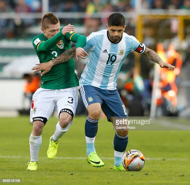 Ever Banega of Argentina fights for the ball with Alejandro Chumacero of Bolivia during a match between Bolivia and Argentina as part of FIFA 2018...