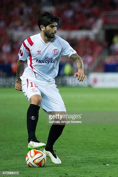 Ever Banega of Sevilla FC controls the ball during the UEFA Europa League Semi Final first leg match between FC Sevilla and ACF Fiorentina at Estadio...