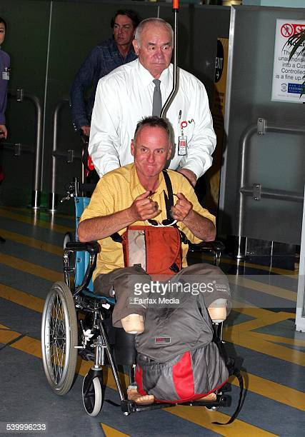 Everest conqueror and double amputee Mark Inglis arriving at Auckland airport 25 May 2006 DMP Picture by JOHN SELKIRK
