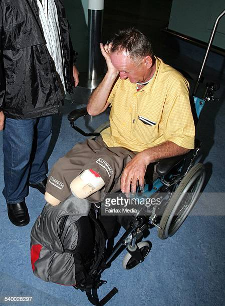 Everest conqueror and double amputee Mark Inglis shows emotion as he arrives at Auckland airport 25 May 2006 DMP Picture by JOHN SELKIRK