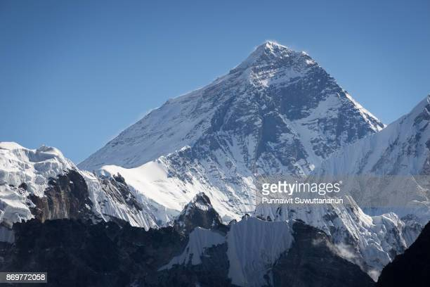 everest mountain peak view from gokyo ri, everest region, nepal - gokyo ri ストックフォトと画像