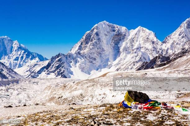 everest peak with prayer flags, himalayas, nepal, asia - laura rau stock-fotos und bilder