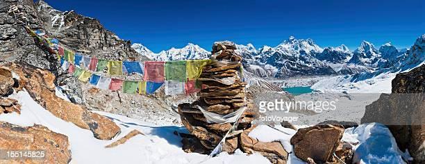 Everest Gebet flags cairn schneebedeckten Berggipfeln panorama Himalajagebirge Nepals