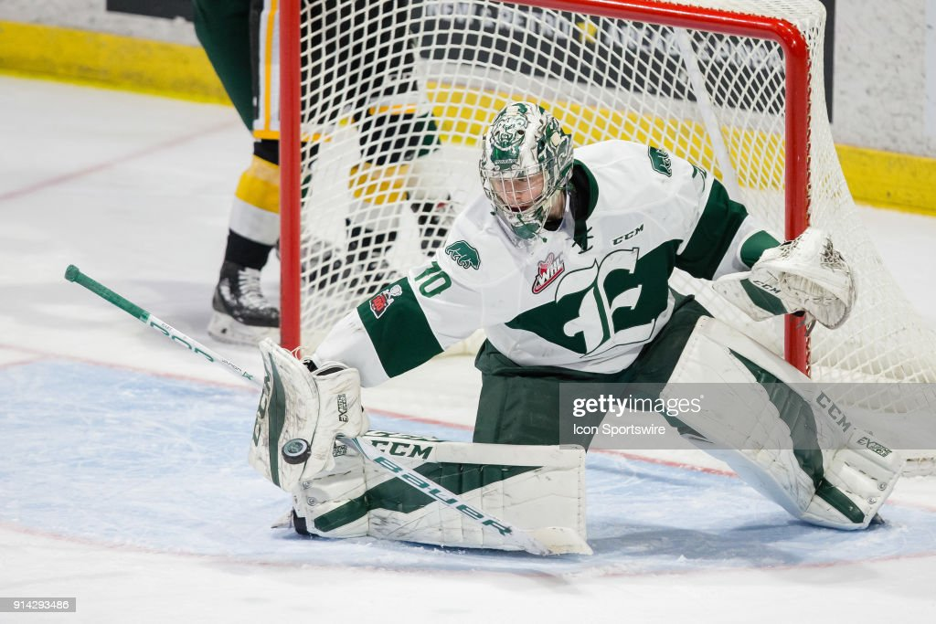Everett Silvertips goaltender Carter Hart (70) makes a blocker save during the second period in a game between the Everett Silvertips and the Brandon Wheat Kings on Saturday, January 20, 2018 at Angel of the Winds Arena in Everett, WA. Everett shutout Brandon by a final score of 4-0.