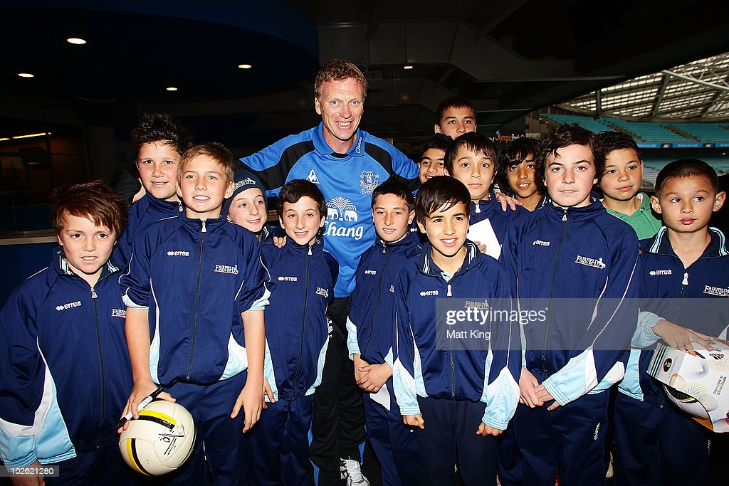 Everton FC manager David Moyes poses with young fans during an Everton FC press conference at ANZ Stadium on July 5, 2010 in Sydney, Australia.