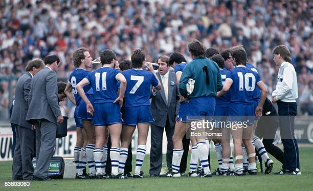 Everton Manager Howard Kendall encourages his team prior to extra-time in the FA Cup Final against Manchester United at Wembley Stadium, 6th May...