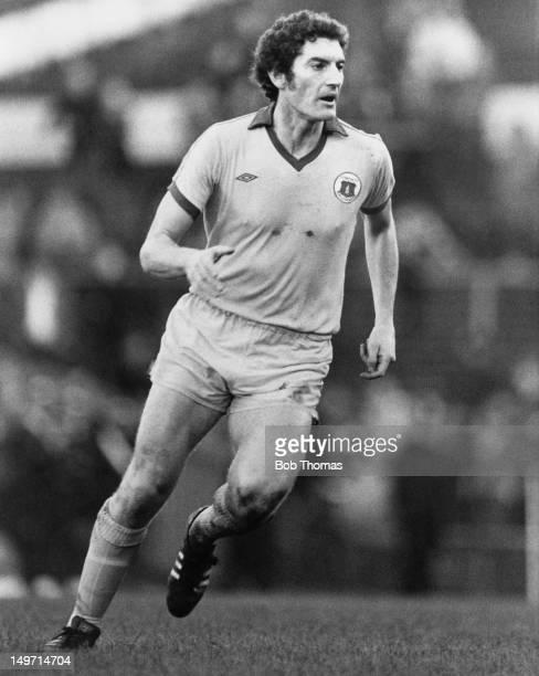 Everton midfielder Martin Dobson in action, circa 1976.
