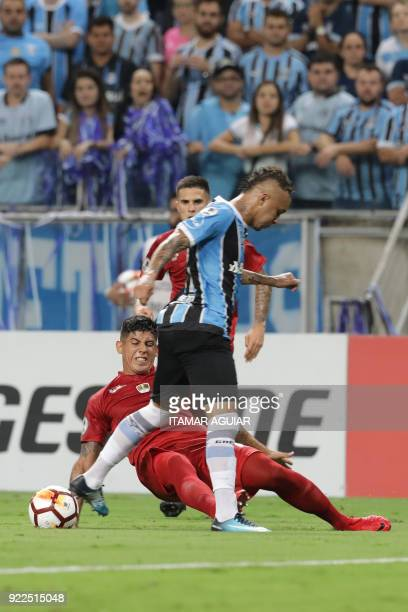 Everton of Brazil's Gremio vies for the ball with Alan Franco of Argentina's Independiente during their Recopa Sudamericana 2018 second leg final...