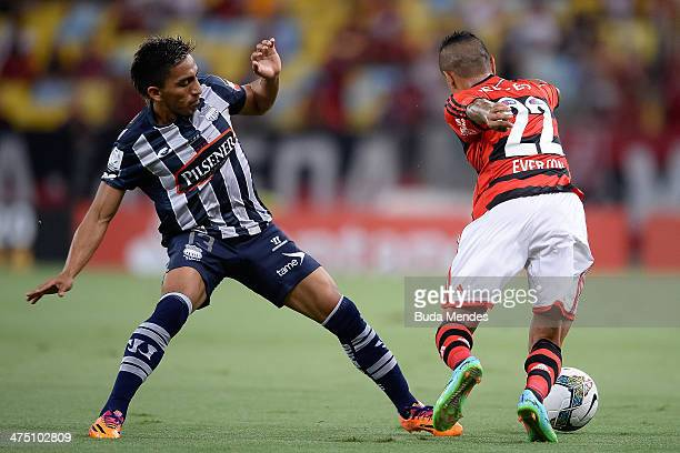 Everton of Flamengo battles for the ball against Angel Mena of Emelec during a match between Flamengo and Emelec as part of Copa Bridgestone...