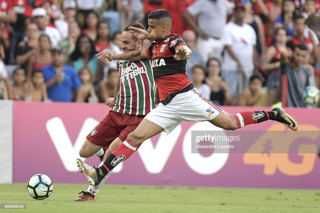 Everton (R) of Flamengo battles for the ball with Lucas of Fluminense during the match between Flamengo and Fluminense as part of Brasileirao Series A 2017 at Maracana Stadium on October 12, 2017 in Rio de Janeiro, Brazil.