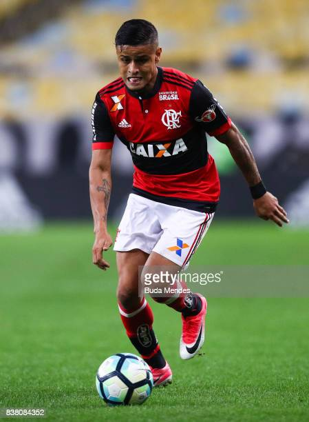 Everton of Flamengo controls the ball with of Botafogo during a match between Flamengo and Botafogo part of Copa do Brasil SemiFinals 2017 at...