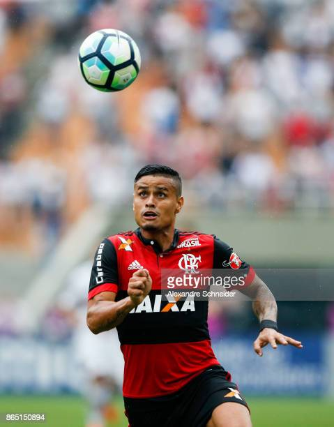 Everton of Flamengo in action during the match between Sao Paulo and Flamengo for the Brasileirao Series A 2017 at Pacaembu Stadium on October 22...