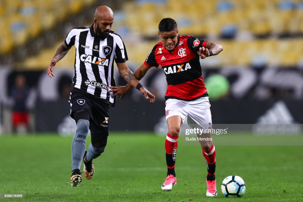 Everton (R) of Flamengo struggles for the ball with Bruno Silva of Botafogo during a match between Flamengo and Botafogo part of Copa do Brasil Semi-Finals 2017 at Maracana Stadium on August 23, 2017 in Rio de Janeiro, Brazil.