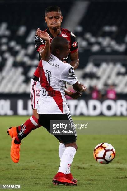 Everton of Flamengo struggles for the ball with Nicolas De La Cruz of River Plate during a match between Flamengo and River Plate as part of Copa...
