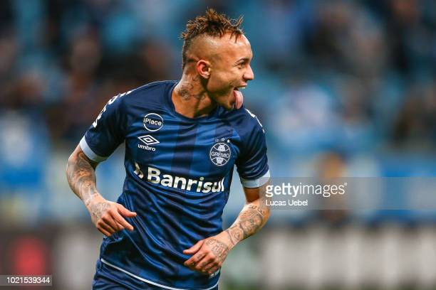 Everton of Gremio celebrates their first goal during the match Gremio v Cruzeiro as part of Brasileirao Series A 2018 at Arena do Gremio on August 22...