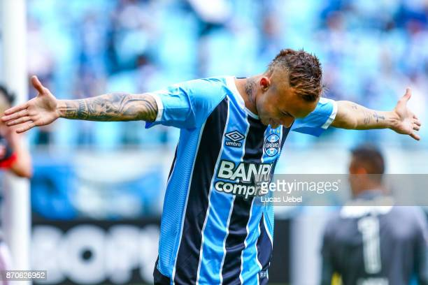Everton of Gremio celebrates their second goal during the match Gremio v Flamengo as part of Brasileirao Series A 2017 at Arena do Gremio on November...
