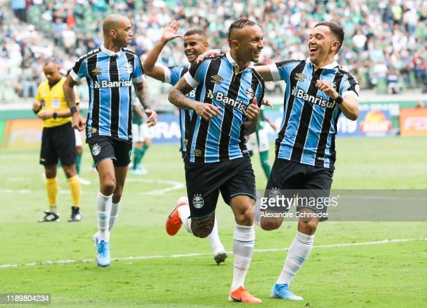 Everton of Gremio celebrates with his team mates after scoring the first goal of his team during the match against Palmeiras for the Brasileirao...
