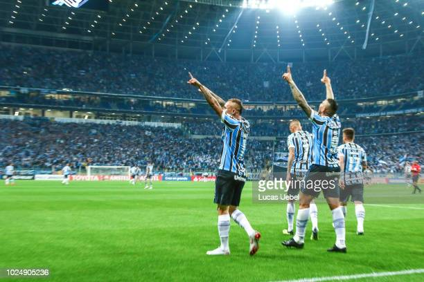 Everton of Gremio celebrates with teammates the first goal of his team during the match between Gremio and Estudiantes as part of Copa Conmebol...