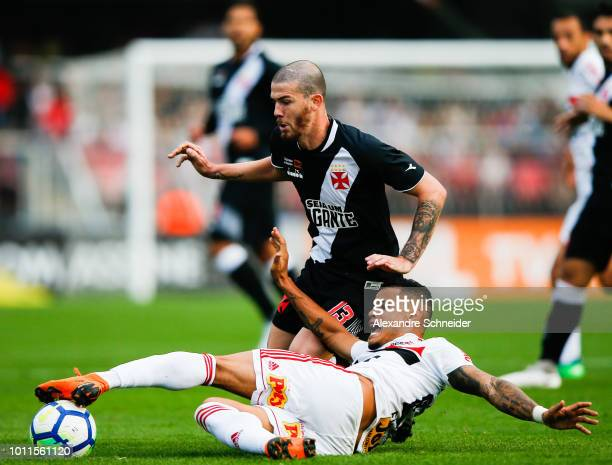 Everton of Sao Paulo and Luiz Gustavo of Vasco in action during the match between Sao Paulo and Vasco da Gama for the Brasileirao Series A 2018 at...