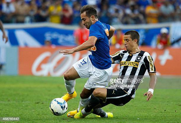 Everton Ribeiro Andreazzi#40 of Cruzeiro struggles for the ball with Junior Cesar of Botafogo during a match between Cruzeiro and Botafogo as part of...