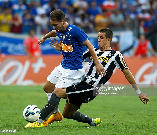 Everton Ribeiro Andreazzi#40 of Cruzeiro struggles for the ball with Junior Cesar of Botafogo during a match between Cruzeiro and Botafogo as part of...