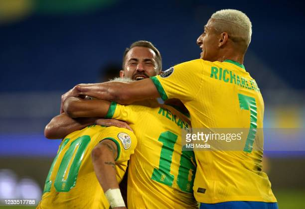 Everton Ribeiro of Brazil celebrates after scoring a goal with his team mates Neymar, Richarlison and Renan Lodi during the match between Brazil and...