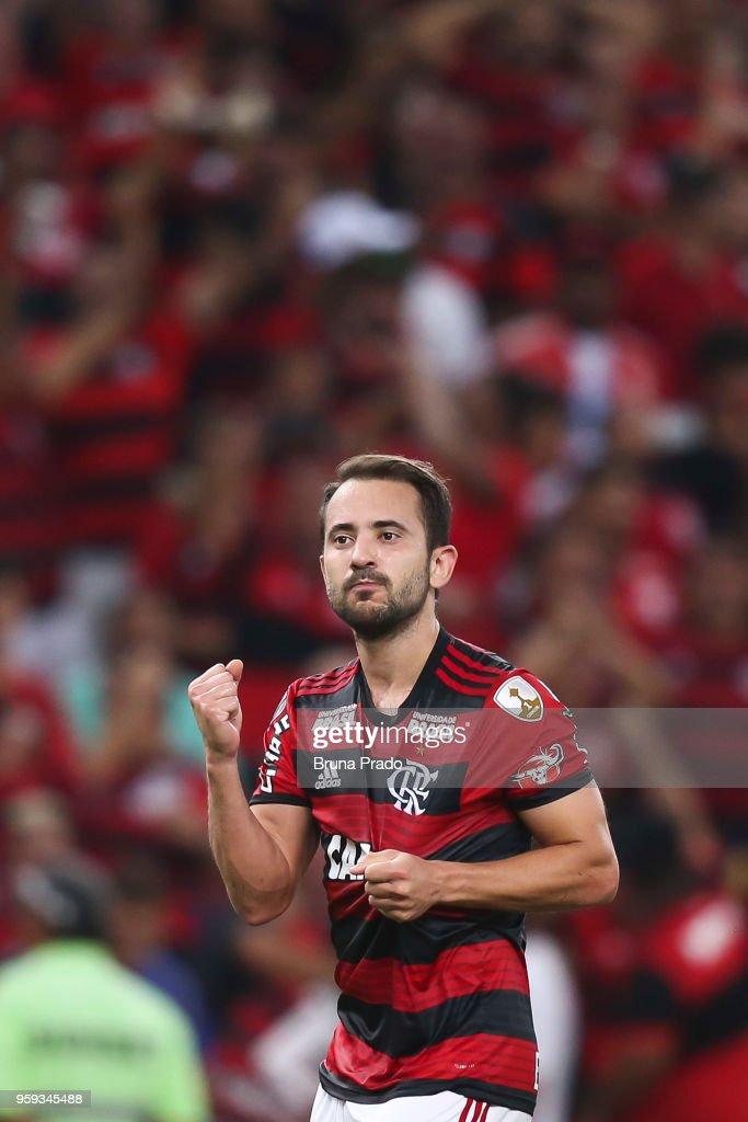 Everton Ribeiro of Flamengo celebrates a scored goal during a Group Stage match between Flamengo and Emelec as part of Copa CONMEBOL Libertadores 2018 at Maracana Stadium on May 16, 2018 in Rio de Janeiro, Brazil.