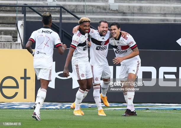 Everton Ribeiro of Flamengo celebrates with his team mates after scoring the first goal of their team during the match against Corinthians as part of...