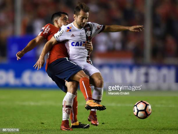 Everton Ribeiro of Flamengo fights for ball with Diego Rodriguez of Independiente during the first leg of the Copa Sudamericana 2017 final between...