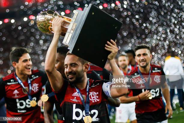 Everton Ribeiro of Flamengo lifts the champions trophy of the CONMEBOL Recopa Sudamericana 2020 after defeating Independiente del Valle by 3-0 at...