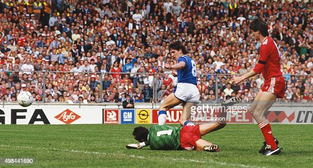Everton striker Gary Lineker opens the scoring past Liverpool goalkeeper Bruce Grobbelaar as Alan Hansen looks on during the 1986 FA Cup Final on May...