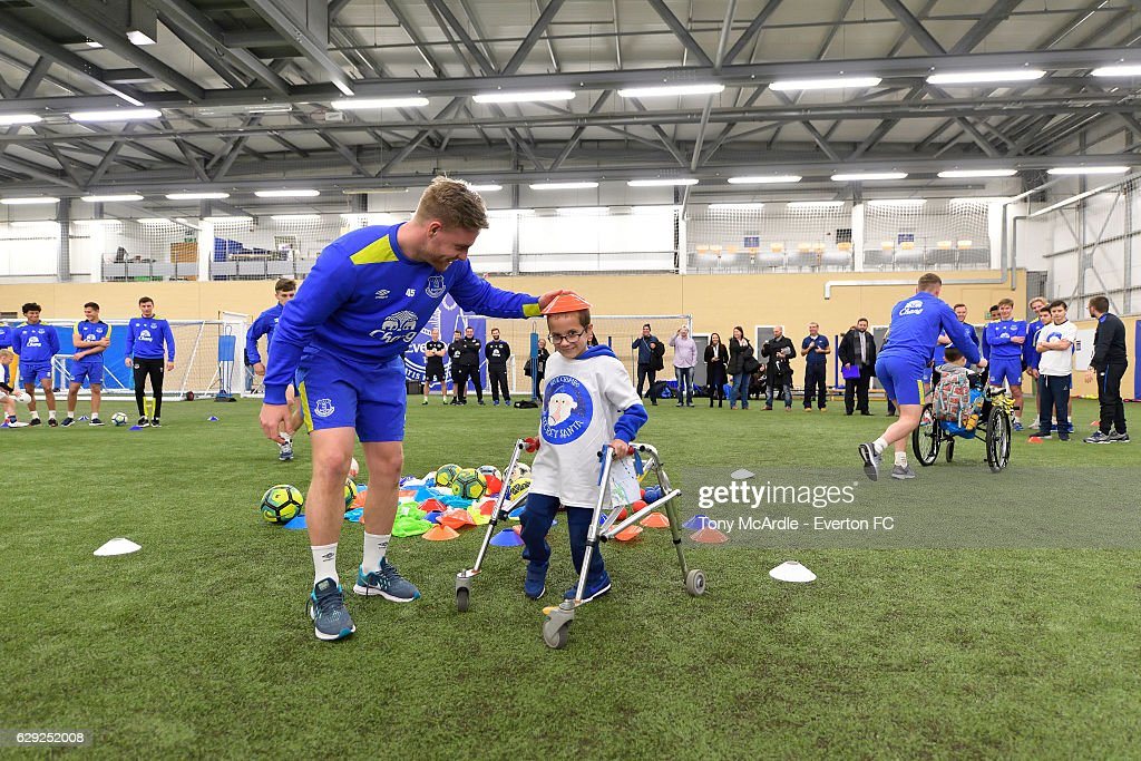 Patients from Alder Hey Children's Hospital Join Everton Players for a Training Session : Fotografía de noticias