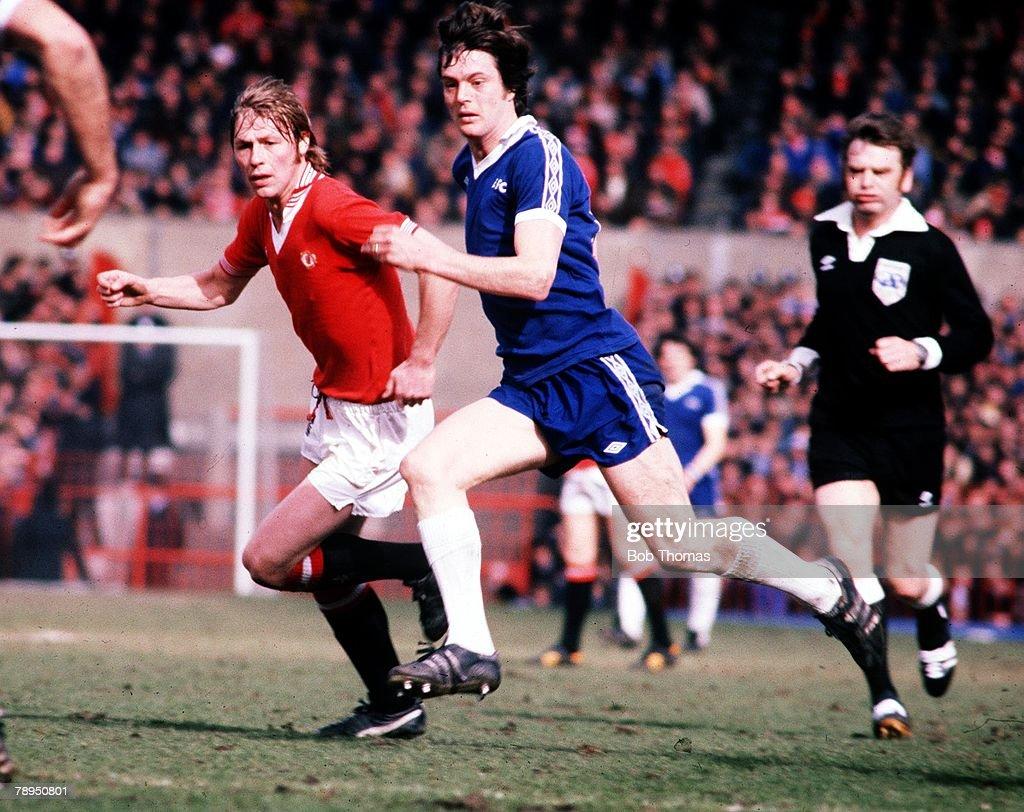Everton v Man. Utd. Everton's Duncan McKenzie in action with United's Brian Greenhoff. 1978 : News Photo