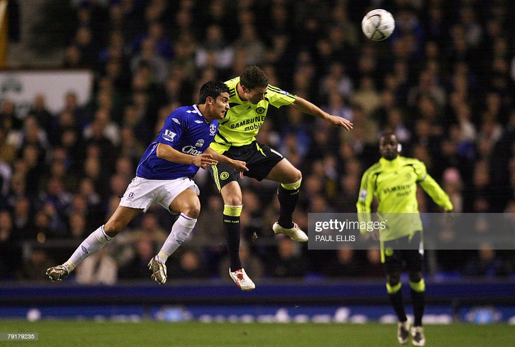 Everton's Australian midfielder Tim Cahill (L) challenges Chelsea's English defender Wayne Bridge during their English League Cup football match at Goodison Park, Liverpool, north-west England, 23 January 2008. AFP PHOTO/PAUL ELLIS - Mobile and website use of domestic English football pictures are subject to obtaining a Photographic End User Licence from Football DataCo Ltd Tel : +44 (0) 207 864 9121 or e-mail accreditations@football-dataco.com - applies to Premier and Football League matches.