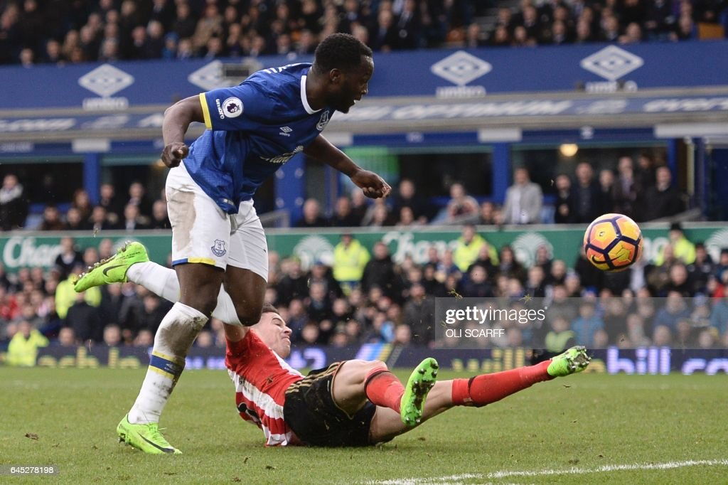 Everton's Belgian striker Romelu Lukaku (L) scores their second goal during the English Premier League football match between Everton and Sunderland at Goodison Park in Liverpool, north west England on February 25, 2017. / AFP / Oli SCARFF / RESTRICTED TO EDITORIAL USE. No use with unauthorized audio, video, data, fixture lists, club/league logos or 'live' services. Online in-match use limited to 75 images, no video emulation. No use in betting, games or single club/league/player publications. /